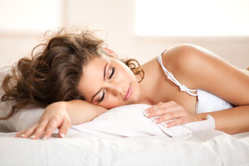женщина красиво спит - 13